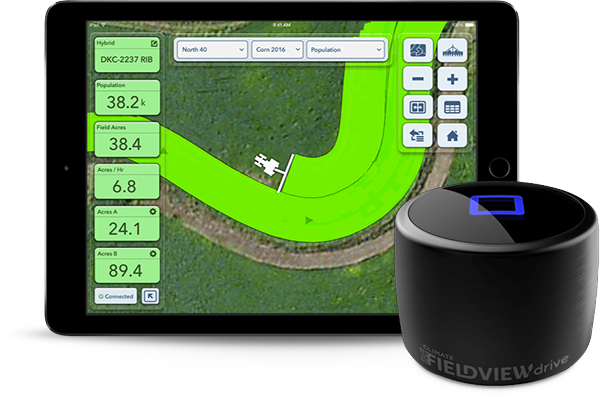 Tablette avec l'application Climate Fieldview à l'écran  et un lecteur Climate FieldView.