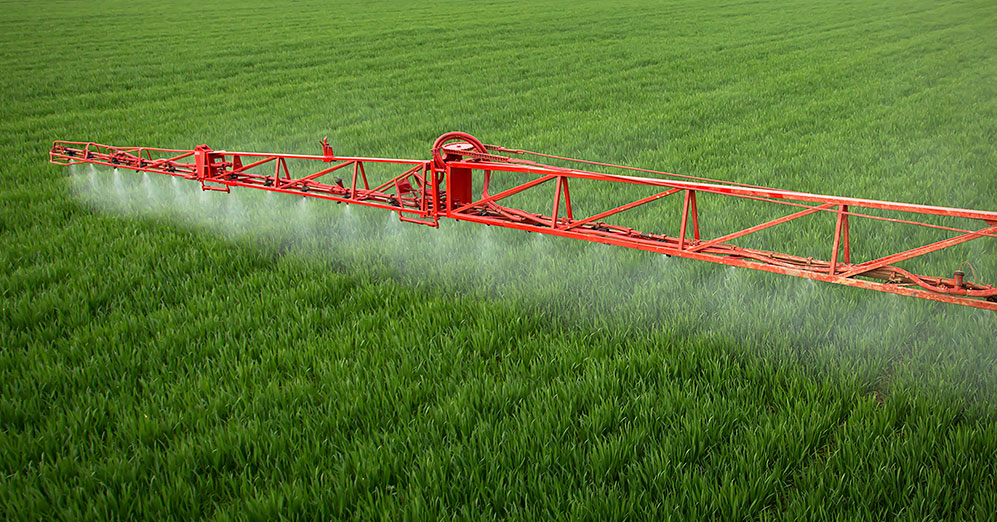 Application d'herbicides Bayer sur les cultures dans un champ.